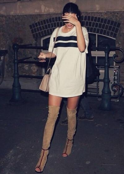 porter une robe blanche ern hivet avec des bottes camel