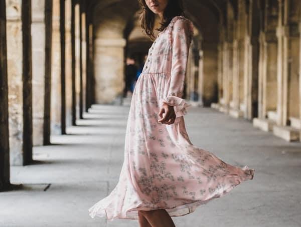 porter-une-robe-fleurie-en-hiver