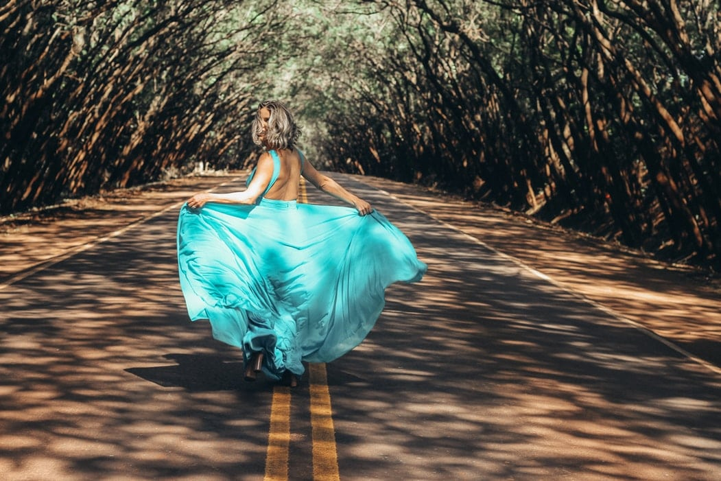 Comment-porter-une-robe-dos-nu?