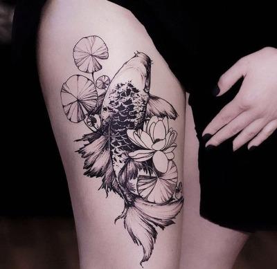 tatouage cuisse poisson koi