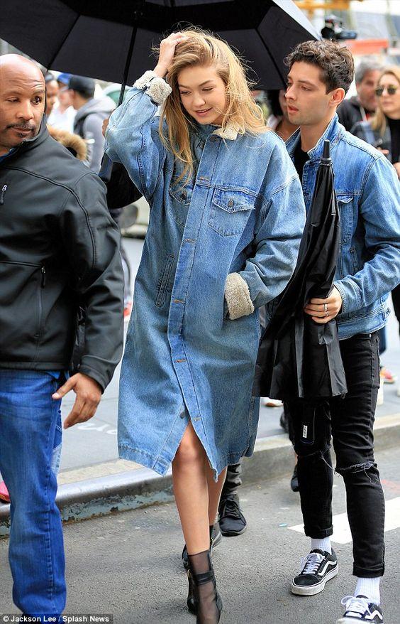 Gigi Hadid en veste longue jean