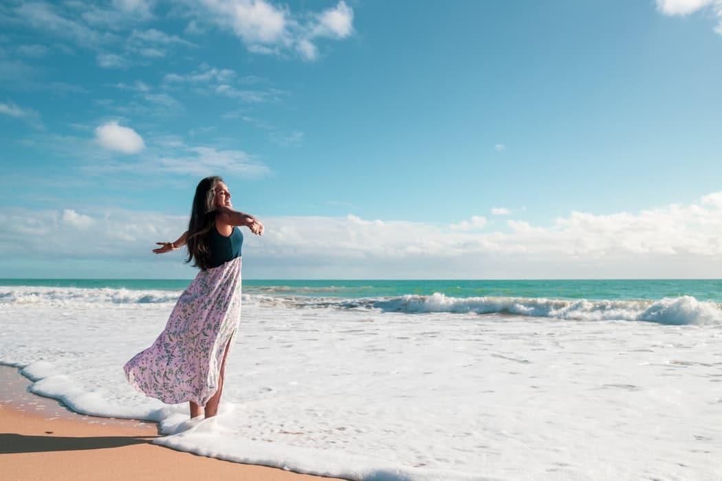 La-robe-de-plage-un-accessoire-chic-et-tendance