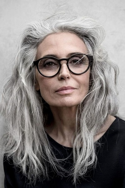 cheveux gris femme 60 ans