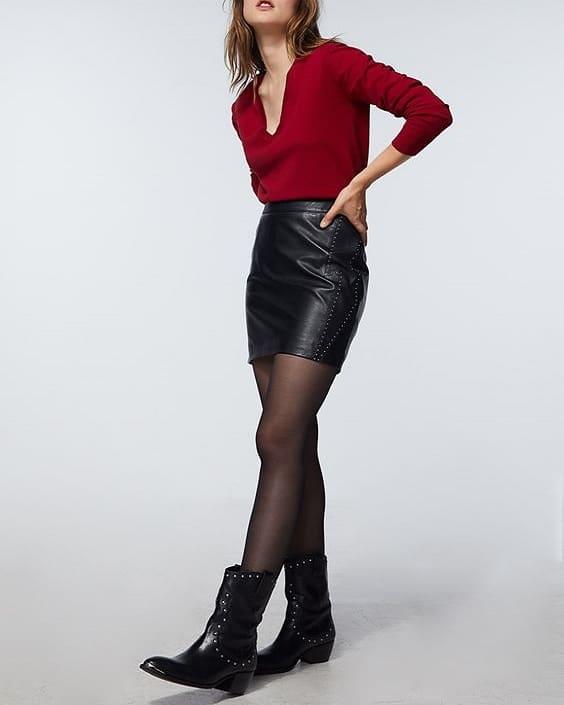 pull rouge avec une jupe en cuir