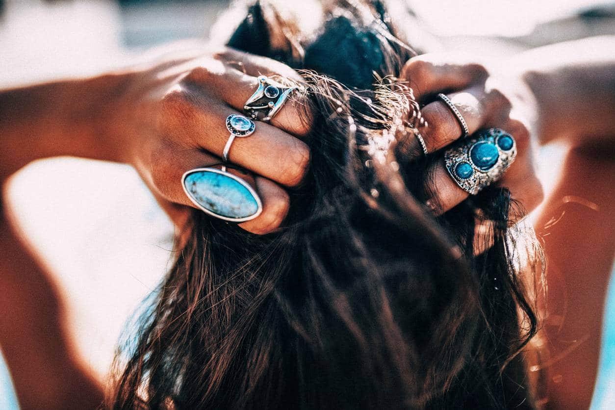 Les bijoux pour accessoiriser un look