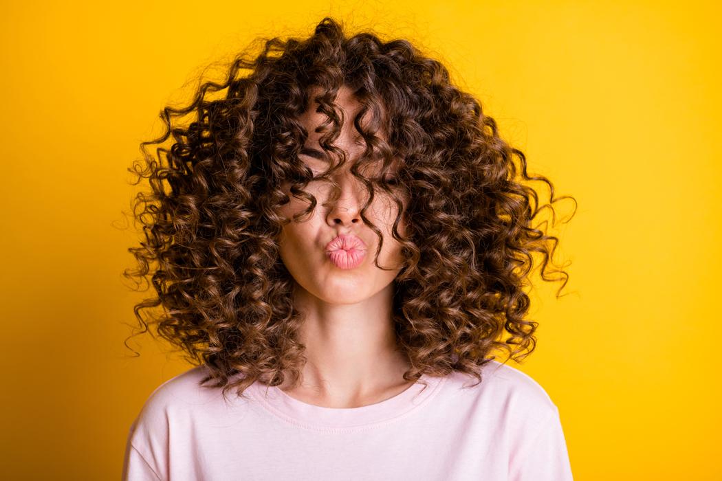 Comment coiffer et entretenir des cheveux bouclés ?
